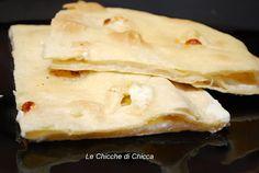 """Le chicche di chicca: Focaccia di ReccoLa ricetta è da """"pane e roba dolce"""" delle Simili  ingredienti 250 g di farina 125 g di acqua 25 g di olio d'oliva 1/2 cucchiaino di sale  ripieno 300 g di stracchino 1-2 cucchiai di latte"""