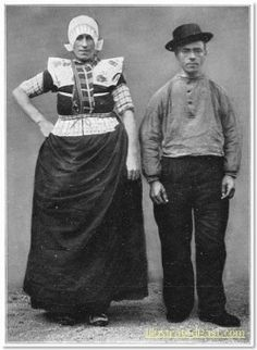 Paar in streekdracht uit Bunschoten-Spakenburg. De man is gekleed in daagse dracht, de vrouw in opknapdracht.  De opname is gemaakt in 1913 te Amsterdam, tijdens het Klederdrachtenfeest. Dit was onderdeel van de festiviteiten rond de 100-jarige onafhankelijkheid van Nederland (1813-1913). #Utrecht #Spakenburg
