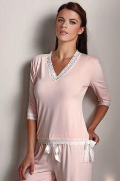 Luxusné dámske pyžamo Rozálie v elegantnej čiernej farbe alebo lososovej, lemované bielou čipkou a zakončené mašľou bude ozdobou na každej žene. 100% bambusové vlákno ponúkne maximálny komfort a uvítajú ho hlavne ženy s citlivou pokožkou.