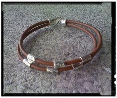 Pulsera en cordón de cuero, marrón chocolate, con decoración de tubos runas sin fin y cierre en metal plateado. Disponible en triple cuero.