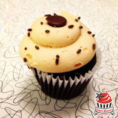 Peanut Butter Cup(cake): delicious moist Valrhona chocolate cupcake swirled with peanut butter chips, topped with creamy peanut butter buttercream and chocolate chips.