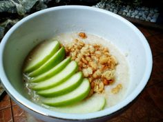 Oatmeal, granola, and green apple slices