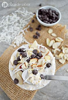 Avena estilo almond joy (chocolate, coco & almendras) www.pizcadesabor.com Healthy Desayunos, Healthy Eating, Healthy Recipes, Almond Joy, Breakfast Desayunos, Breakfast Recipes, Chocolate, Deli, Great Recipes