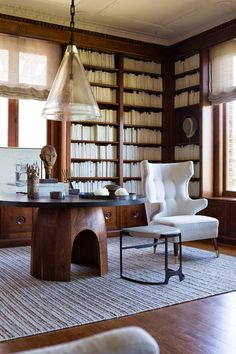 AMAZING HOME OFFICE DECOR | How beautiful is this home office decor | www.bocadolobo.com | #homeofficedecor