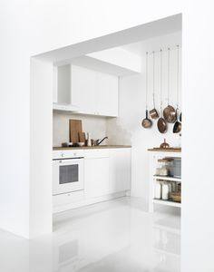 Ikea - Knoxhult A small white kitchen consisting of a complete base cabinet with doors, drawers, worktop and a wall cabinet with doors. Kitchen Ikea, Kitchen Modular, Kitchen Units, New Kitchen, Kitchen Dining, Kitchen Cabinets, Basic Kitchen, Kitchen Small, Knoxhult Ikea