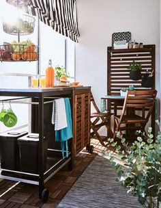 A trolley, cabinet and small table create a space to prepare and enjoy food on a balcony. Ikea Applaro, Catalogue Ikea, Clearance Outdoor Furniture, Timber Beds, Best Home Interior Design, Balcony Furniture, Petites Tables, Ikea Storage, Furniture Placement