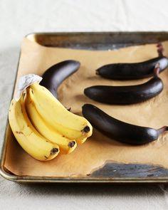 Il dépose des bananes sur une plaque de cuisson et la raison est vraiment géniale!