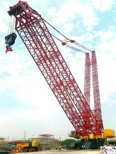 Love watching people run a crane, but never saw them run one this big! Heavy Construction Equipment, Construction Machines, Heavy Equipment, Crane Construction, Crawler Crane, Industrial Machine, Mining Equipment, Heavy Machinery, Trains