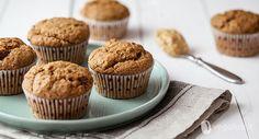 I muffin vegani al burro di arachidi sono un dolce molto semplice da preparare ma dall'aroma intenso, perfetti per la colazione o la merenda.