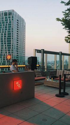 Hotel Rooftop Bar, Rooftop Terrace Design, Best Rooftop Bars, Outdoor Restaurant, Instagram New York, Peninsula Hotel, Japan Destinations, Tokyo Hotels, Sunrise Photography