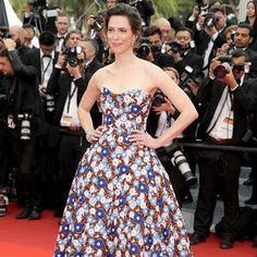 Rebecca Hall, au casting du Bon Gros Géant, une fleur parmi celles de sa robe Dior haute couture. (Bijoux Chaumet, Cannes, 14 mai 2016.)