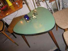 Schöner minimalistischer Dreieckstisch aus den 50er Jahren.Die Beine sind aus dunkelbraunen Holz.Die Tischplatte ist kunststoffbeschichtigt im typischen Grün der 50er.Der Umleimer ist schwarz.Guter Zustand mit minimalen Gebrauchsspuren.Maße: D 64 cm H 60 cm