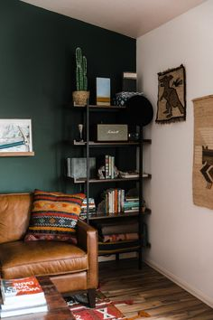 Dark Green Living Room, Dark Green Rooms, Dark Living Rooms, Accent Walls In Living Room, Living Room Interior, Home And Living, Living Room Decor Green Walls, Cozy Living, Green Accent Walls