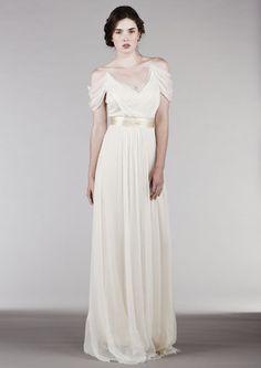 O caimento fluido e reto na saia fica mais sensual com a faixa acinturando o look. O caimento nos ombros deixa a produção mais romântica. By Saja Wedding