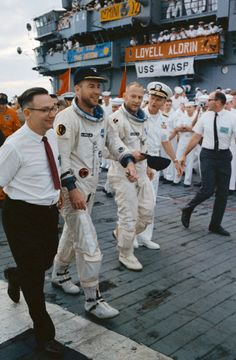 November 1966 – Gemini 12 astronauts Jim Lovell and Buzz Aldrin come home after almost four days in space. Here they receive a warm welcome from the crew of the USS Wasp after getting picked up from the splashdown area by helicopter. Nasa Space Pictures, Nasa Photos, Space Images, Apollo Space Program, Nasa Space Program, Apollo Moon Missions, Project Gemini, Buzz Aldrin, Nasa History