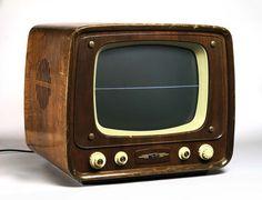 """Zen – TV von Nam June Paik, 1974. """"Die Distanz gegenüber Medienkunst resultiert jedoch – neben mehr oder weniger ästhetisch begründeten Vorbehalten – nicht zuletzt aus einer scheinbar notwendigen Begleiterscheinung der massenhaften Herkunft des bewegten Bildes: Gemeint ist der ungeheure technologische Aufwand, dessen die Medienkunstwerke bedürfen um ihre Botschaft überhaubt los zu werden."""""""