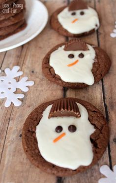 Easy Melted Snowman Cookies - Easy Peasy and Fun - - Heh. I love these Easy Melted Snowman Cookies. Melted Snowman Cookies, Banana Split Dessert, Leaf Cookies, Christmas Snacks, Christmas Cookies, Kids Christmas, Christmas Baking, Half Christmas, Pizza