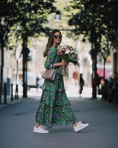 Street Style : Tiered maxi dress with white sneakers Idée et inspiration street style tendance 2017 Image Description Tiered maxi dress with white sneakers Adrette Outfits, Fashion Outfits, Womens Fashion, Dress Fashion, Fashion Ideas, Sneakers Fashion, Ladies Fashion, Woman Outfits, Sneakers Style