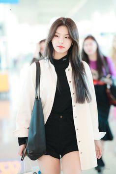 kpop, aesthetic e idol imagem no We Heart It Korean Airport Fashion, Korean Fashion, Kpop Fashion Outfits, Korean Outfits, School Looks, Korean Girl, Asian Girl, Kpop Mode, Black Girl Fashion