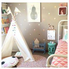 De medium tipi tent is geschikt voor kinderen van ongeveer 5 jaar of ouder. Ook is hij zeer geschikt voor meerdere kinderen en eventueel voor een volwassene en één kind. Deze prachtige tipi kan alleen binnenshuis gebruikt worden en is gemaakt van 100% ongebleekt katoen.