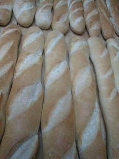 En Venezuela se usa el sándwich, o sánduche para denominar a una pieza de pan cortada longitudinalmente o a dos rebanadas de pan cuadrado que llevan en su interior prácticamente cualquier cosa, desde dulces y mermeladas hasta huevos y carne.