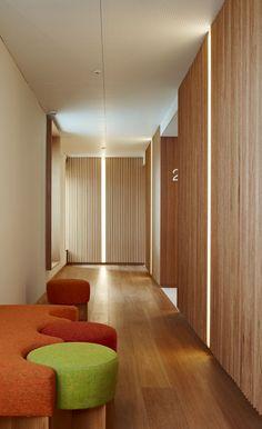 Los pasillos del Hotel Echaurren. Los espacios largos y estrechos suelen ser de paso y se suelen dedicar a pasillos en una vivienda o en otro tipo de espacio. #Esmadeco.