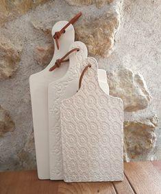 """🇫🇷Joindre l'utile à l'agréable ! Les jolies planches à découper de """"Moana"""", unies ou décorées, raviront les décorateurs gourmets !  🇬🇧Mix business with pleasure ! All gourmet decorators will appreciate Moana's chopping boards. Handmade French ceramics !  . #mif #madeinfrance #fabricationfrancaise #artisanatfrancais #art #savoirfaire #createur #artisan #designer #creator #handmade #faitmain #ceramics #ceramiques #platter #homedecoration"""
