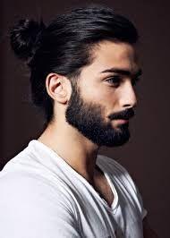 Fryzura męska. Długie włosy, kucyk.