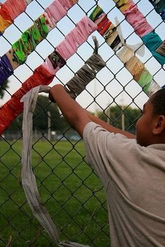 So beautiful and easy you can make a chain link fence € … - fabric crafts Outdoor Classroom, Art Classroom, Chain Link Fence Parts, Chain Fence, Fence Weaving, Fabric Weaving, Fence Fabric, Fence Art, Diy Fence