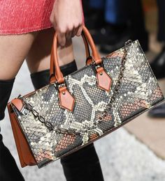 Michael Kors OFF! Louis Vuitton's Cruise 2019 Runway Bags Include a Cute Collab with Grace Coddington Popular Handbags, Trendy Handbags, Cute Handbags, Handbags On Sale, Luxury Handbags, Fashion Handbags, Purses And Handbags, Fashion Bags, Leather Handbags