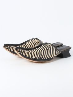 """Pointed goat leather babouche slipper, heeled and decorated with zebra patterns and traditional buttons """"Aakads"""". 