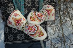 Not a pattern, just a gorgeous picture of Mittens made from nalbinding for inspiration and lusting over...
