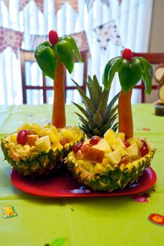 "Pineapple boats for fresh fruit with ""palm trees"" made from carrot, green bell p. Pineapple boats for fresh fruit with ""palm trees"" made from carrot, green bell pepper and cherr Fruit And Vegetable Carving, Veggie Tray, Watermelon Carving Easy, Pineapple Boats, Pineapple Fruit, Fruit Buffet, Party Buffet, Fruit Creations, Food Carving"