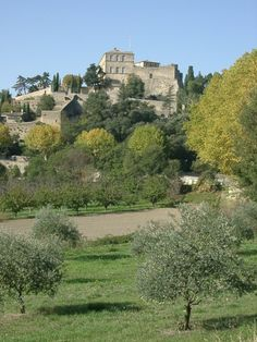 Direction la #Provence et le petit village d'Ansouis où l'horizon donne sur le Grand #Luberon et la #Durance. Ce village perché est dominé par son magnifique château millénaire.   Ansouis vue générale GPL. Photo by Rikiwiki21