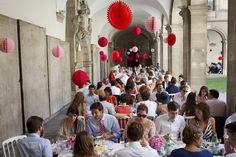 (C)Rebecca Bowring Par une chaude journée d'été (si si il y en a eu une poignée cette année), Sarah et son amoureux se sont dit oui en plein cœur de la ville de Genève.Des lieux féeriques, incroyables, à tomber par terre (ok je me calme).  Avec, une fois n'est pas coutume, un déjeuner de …
