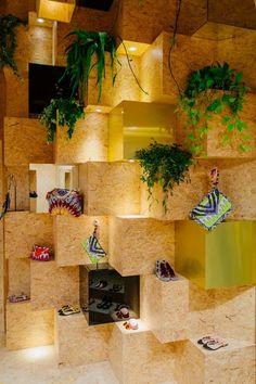 En images: Le pop-up store estival d'Essentiel Pop Display, Display Design, Store Design, Interior Design Classes, Studio Interior, Tiny Shop, Concept Shop, Up Book, Pop Up Shops