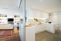 Reforma integral de un piso en Barcelona con el color blanco y la luz natural como protagonistas. #salón #cocina