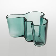 A Savoy vase by Karhula from the - Bukowskis Modern Architecture House, Futuristic Architecture, Chinese Architecture, Modern Houses, Glass Design, Design Art, Modern Design, Le Corbusier, Alvar Aalto
