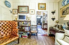 I have always loved Atlanta interior designer Jacquelynne aka Jackye Lanham's style.  I love her use of fine antiques mixed with casual fabr... English Country Decor, French Country, Charleston Homes, Traditional Interior, English Cottage Interiors, Cote De Texas, Living Room Interior, Living Rooms, Living Spaces