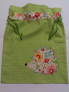 Bea Galindo Bolsas Merienda1 Baby Sewing Projects, Sewing For Kids, Sewing Tutorials, Patchwork Baby, String Bag, Quilted Bag, Sewing Toys, Kids Bags, Kids Backpacks