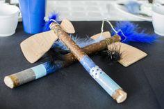 Tomawak: fait maison -Lannières de papier de soie collées sur le manche, possible de le réaliser avec du masking tape