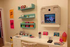 As profissionais criaram um ambiente funcional que possibilidade a realização de diferentes atividades da garota moderna, com tecnologia, acessibilidade, privacidade e uma decoração jovem e alegre nas cores azul Tiffany, violeta, rosa e amarelo.