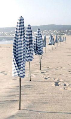 Blue and white beach life design Summer Beach, Summer Vibes, Beach Mom, Summer Pool, Beach Walk, Standing At Attention, Photos Voyages, Beach Umbrella, White Umbrella