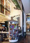 LOSCH Raum-in-Raum-Architektur im Ladenbau: Ganzglas Loschwand mit sichtbarer Technik im Einkaufszentrum.