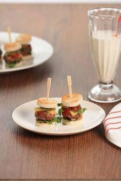 Amuse Van Mini Hamburgertjes Met Rucola En Cheddar recept | Smulweb.nl Mini Appetizers, Finger Food Appetizers, Finger Foods, Mini Hamburgers, Birthday Snacks, Tea Snacks, Catering Food, Tasty Bites, Cheddar