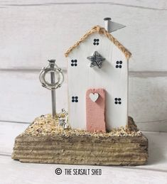 Driftwood Sculpture, Driftwood Art, Wooden Decor, Wooden Crafts, Small Wooden House, Cute Little Houses, Wood Houses, Driftwood Projects, House Ornaments