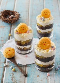 From my favorite, clever macaron maker, comes more macaron adorableness. Make chick macarons sitting atop trifles HERE at raspberri cupcakes. Macarons, Trifle, Desserts Ostern, Biscuits, Edible Crafts, Easter Treats, Easter Food, Easter Dinner, Easter Recipes