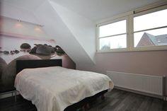 Aan de overloop grenzen de twee slaapkamers en de badkamer. Tevens bevindt zich hier een luik met vlizotrap naar de zolder.     De royale slaapkamer beschikt over een laminaatvloer, dakkapel, rolluiken een grote vaste kast.