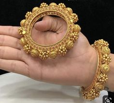 Gold Bangles Design, Gold Jewellery Design, Silver Jewellery, Jewelry Design Earrings, Gold Earrings Designs, Bridal Bangles, Bridal Jewelry, Gold Armband, Gold Jewelry Simple