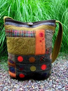Galleries: Naturally Yours 103 Broadway Jim Thorpe PA 18229 Hours: Th-Sun patchwork,felt and mixed fabric textile art bag design Patchwork Bags, Quilted Bag, Felt Purse, Felt Bags, Diy Sac, Recycled Sweaters, Purse Patterns, Fabric Bags, Wool Applique